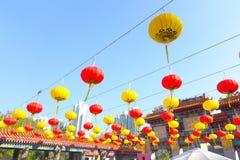 HONG KONG, CHINA - 22 DE JANEIRO DE 2017: Lâmpadas coloridas do chinesse que penduram na entrada de Wong Tai Sin Temple, Hong Kon Imagem de Stock Royalty Free