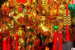 HONG KONG, CHINA - 22 DE JANEIRO DE 2017: Presentes coloridos na entrada de Wong Tai Sin Buddhist Temple a rezar, em Hong Imagem de Stock Royalty Free