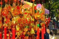 HONG KONG, CHINA - 22 DE JANEIRO DE 2017: Presentes coloridos na entrada de Wong Tai Sin Buddhist Temple a rezar, em Hong Imagens de Stock