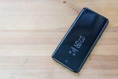 Hong Kong, China - 14 de marzo de 2018: Galaxia S9 de Samsung con el ` siempre en ` de la exhibición en una superficie de madera Imagen de archivo