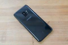 Hong Kong, China - 14 de marzo de 2018: Galaxia S9 de Samsung en una superficie de madera El primer smartphone para tener una cám Foto de archivo libre de regalías