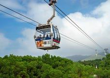 Hong Kong, China - 20 de noviembre de 2015: Manera del teleférico a las montañas Fotos de archivo libres de regalías