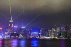 HONG KONG, CHINA - EM OUTUBRO DE 2013: Uma sinfonia das luzes mostra na skyline Fotos de Stock Royalty Free