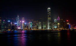 HONG KONG, CHINA - ENERO, 17: Puerto Victoria Panorama de la noche de rascacielos de la 'promenade' Imagen de archivo libre de regalías