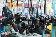 Hong Kong, China, 07,2015 Februari - SAM Sui Po, die Camera o overhandigen royalty-vrije stock foto