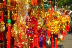 HONG KONG, CHINA - 22. JANUAR 2017: Bunte Geschenke am Eingebung von Wong Tai Sin Buddhist Temple, zum, in Hong zu beten Stockfoto