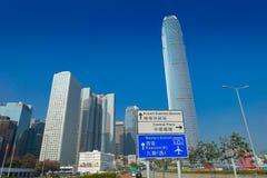 HONG KONG, CHINA - 26. JANUAR 2017: Informatives Zeichen geschrieben in englische und chinesse Sprache, mit moderne Gebäude in de Lizenzfreies Stockfoto