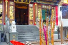 HONG KONG, CHINA - 22. JANUAR 2017: Schließen Sie oben vom Weihrauch, der oben, innerhalb Wong Tai Sin Buddhist Temples brennt, u Lizenzfreie Stockbilder