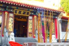 HONG KONG, CHINA - 22. JANUAR 2017: Schließen Sie oben vom Weihrauch, der oben, innerhalb Wong Tai Sin Buddhist Temples brennt, u Lizenzfreies Stockbild