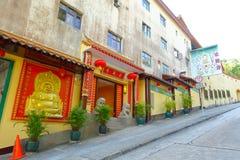 HONG KONG, CHINA - 26. JANUAR 2017: Tsz-Kloster kommen mit zwei entsteinten Löwen in Sha-Zinn, Hong Kong, China herein Lizenzfreie Stockfotos