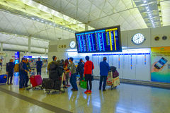 HONG KONG, CHINA - JANUARI 26, 2017: Passagiers in de luchthaven belangrijkste hal in Hong Kong, China De Hong Kong-luchthaven royalty-vrije stock foto's