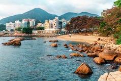 Hong Kong, China - Januari 30, 2016: Rotsachtige overzeese kust en klein zandig strand van Stanley Bay in Hong Kong Mooi toneella Stock Foto's