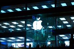 Hong Kong, China - mayo de 2019: Apple Store en área de la bahía del terraplén Ilustraci?n de Apple Inc es una compa??a multinaci foto de archivo