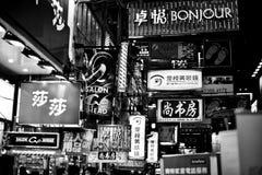 HONG KONG, CHINA - 20. NOVEMBER 2011: Neonwerbeschilder auf den Straßen von Hong Kong am 20. November 2011 Stockbild