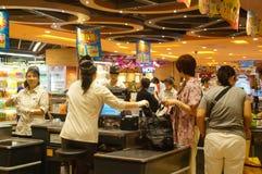 Hong-Kong, China: pago y envío del cajero del supermercado imagenes de archivo