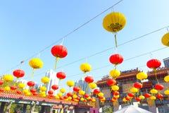 HONG KONG, CHINE - 22 JANVIER 2017 : Lampes colorées de chinesse accrochant dans le pénétrer dans de Wong Tai Sin Temple, Hong Ko Images libres de droits