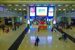 HONG KONG, CHINE - 26 JANVIER 2017 : Passagers dans le lobby principal d'aéroport en Hong Kong, Chine L'aéroport de Hong Kong Images libres de droits