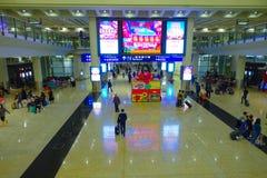 HONG KONG, CHINE - 26 JANVIER 2017 : Passagers dans le lobby principal d'aéroport en Hong Kong, Chine L'aéroport de Hong Kong Photographie stock libre de droits
