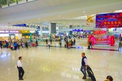 HONG KONG, CHINE - 26 JANVIER 2017 : Passagers dans le lobby principal d'aéroport en Hong Kong, Chine L'aéroport de Hong Kong man Image libre de droits