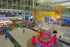 HONG KONG, CHINE - 26 JANVIER 2017 : Personnes non identifiées marchant dans le lobby principal d'aéroport en Hong Kong, Chine, a Photos stock
