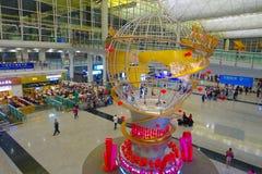 HONG KONG, CHINE - 26 JANVIER 2017 : Personnes non identifiées marchant dans le lobby principal d'aéroport en Hong Kong, Chine, a Image stock