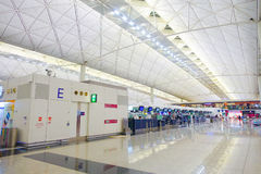 HONG KONG, CHINE - 26 JANVIER 2017 : Vue du lobby principal d'aéroport en Hong Kong, Chine L'aéroport de Hong Kong manipule plus  Photos libres de droits