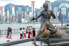 Hong Kong, Chine - la statue de Bruce Lee sur l'avenue des étoiles photo stock