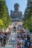 Hong Kong, Chine - vers en septembre 2015 : Escaliers s'élevants de personnes à Tian Tan Big Buddha à PO Lin Monastery sur l'île  Photos stock