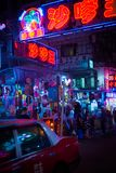HONG KONG, CHINY APR - 23: Uliczny widok z ruch drogowy i sklepami na Kwiecień 23, 2012 w Hong Kong, Chiny Z 7M populacją m i zie zdjęcie stock