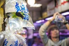 Hong Kong, Chiny Grudzień 09, 2013: ludzie przy goldfish wprowadzać na rynek w Mong Kok Obrazy Stock