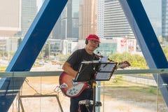 HONG KONG CHINY, Listopad, - 01 2017 Uliczny muzyk w Hong Kon obrazy royalty free