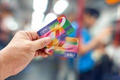 Hong Kong CHINY, MAJ, - 5, 2018 Ręka trzyma ośmiornicy smart card w MTR pociągu zdjęcia stock