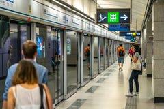 Hong Kong, Chiny - pasażery czekać na pociąg przy stacją metrą fotografia stock