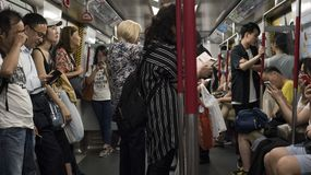 Hong Kong, Chiny 06/25 2018: Pasażery dojeżdżać do pracy używać MTR metra system obraz stock