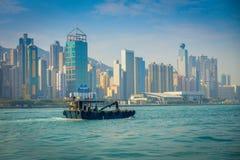 HONG KONG CHINY, STYCZEŃ, - 26, 2017: Fisher w jego łodzi z pięknego widoku ofHong Kong w horizont z, drapacze chmur i Obraz Royalty Free