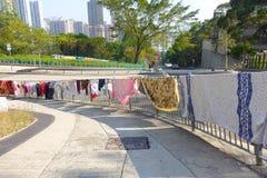 HONG KONG CHINY, STYCZEŃ, - 26, 2017: Jawny dom z niektóre ubrania sąsiad przy nieruchomości Tsz Bladym shanem w Hong Kong Zdjęcia Stock