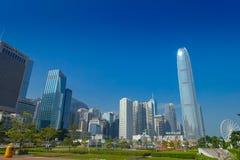 HONG KONG CHINY, STYCZEŃ, - 26, 2017: Nowożytni budynki w finansowym gromadzkim tle, lokalizować w Hong Kong mieście w piękny błę Zdjęcia Royalty Free