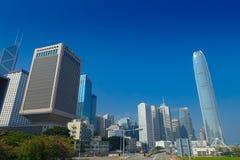 HONG KONG CHINY, STYCZEŃ, - 26, 2017: Nowożytni budynki w finansowym gromadzkim tle, lokalizować w Hong Kong mieście w piękny błę Fotografia Royalty Free