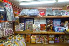 HONG KONG CHINY, STYCZEŃ, - 26, 2017: Papierowi przedmioty dla nieżywych krewnych dla życia pozagrobowe w sklepie w Hong Kong Zdjęcia Stock