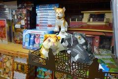 HONG KONG CHINY, STYCZEŃ, - 26, 2017: Papierowi przedmioty dla nieżywych krewnych dla życia pozagrobowe w sklepie w Hong Kong Obrazy Stock