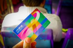 HONG KONG CHINY, STYCZEŃ, - 26, 2017: Ręka trzyma przewiezioną ośmiornicy zapłaty kartę w Hong Kong, Chiny Zdjęcia Stock