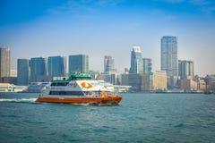 HONG KONG CHINY, STYCZEŃ, - 26, 2017: Seabus z pięknym widokiem Hong Kong w horizont z, drapacze chmur i nowożytny buil Obraz Royalty Free
