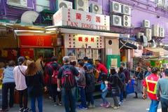 HONG KONG CHINY, STYCZEŃ, - 26, 2017: Tłum ludzie kupuje jedzenie w ulica stojaku w mieście Hong Kong Zdjęcia Royalty Free