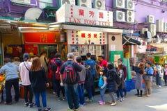 HONG KONG CHINY, STYCZEŃ, - 26, 2017: Tłum ludzie kupuje jedzenie w ulica stojaku w mieście Hong Kong Obraz Royalty Free
