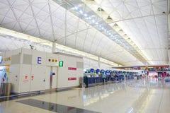 HONG KONG CHINY, STYCZEŃ, - 26, 2017: Widok lotniskowy magistrala lobby w Hong Kong, Chiny Hong Kong lotnisko obchodzi się więcej Zdjęcia Royalty Free