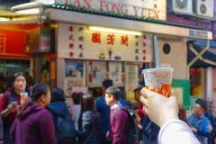 HONG KONG, CINA - 26 GENNAIO 2017: Folla dell'alimento d'acquisto della gente nel supporto della via nella città di Hong Kong Immagine Stock