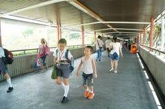 Hong Kong, Cina: gli studenti vanno a casa dalla scuola Fotografia Stock Libera da Diritti