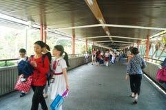 Hong Kong, Cina: gli studenti vanno a casa dalla scuola Fotografia Stock