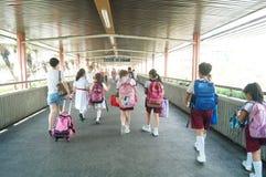 Hong Kong, Cina: gli studenti vanno a casa dalla scuola Immagine Stock
