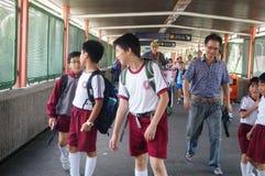 Hong Kong, Cina: gli studenti vanno a casa dalla scuola Fotografie Stock Libere da Diritti